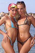 Girls gets each other horny on the beach
