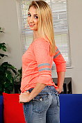 Sierra Nicole takes off her casual jeans outfit to masturbate